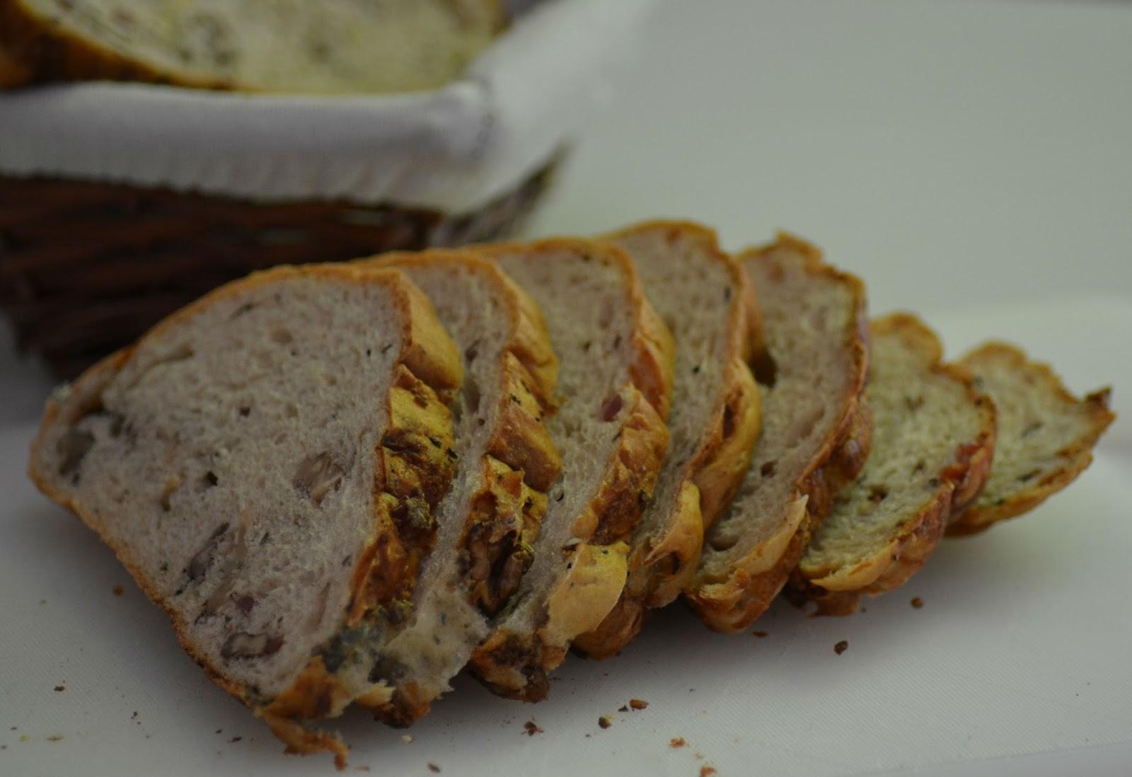 Hartig gevuld brood met blauwe kaas, walnoten, spekjes en salie