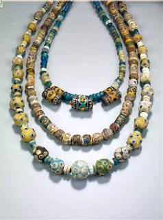 Collier de perles en pâte de verre (10e siècle) Collection A. et G. Panini, Côme, Italie