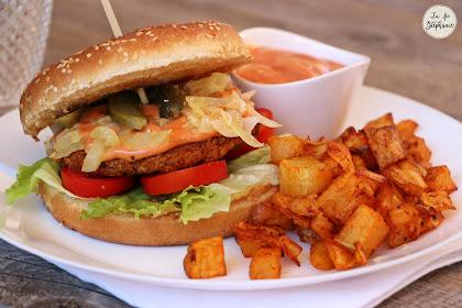 Burger de lentilles, sauce rose et pommes de terre rôties au paprika, pour un fast food vegan!