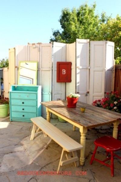 Manfaatkan kembali pintu bekas untuk menjadi sekat atau pagar di halaman.