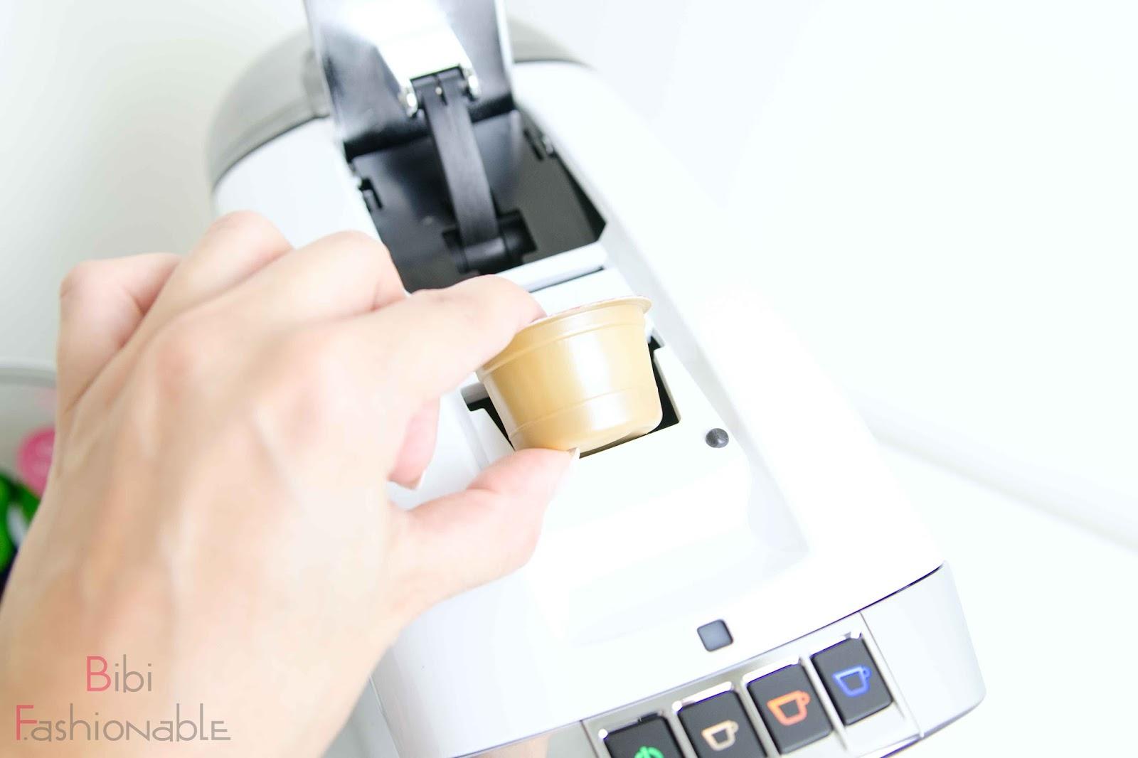 Tag des Kaffees Kapsel einwerfen