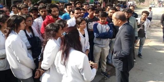 बाबा रामदेव के COLLEGE ने घुसने नहीं दिया, STUDENTS ने सारी रात ठंडे आसमान के नीचे गुजारी | NATIONAL NEWS