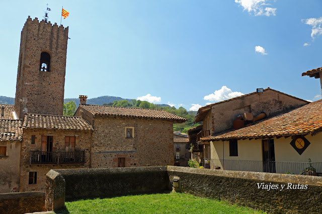 Iglesia de Santa María desde el Castillo, Santa Pau, Girona
