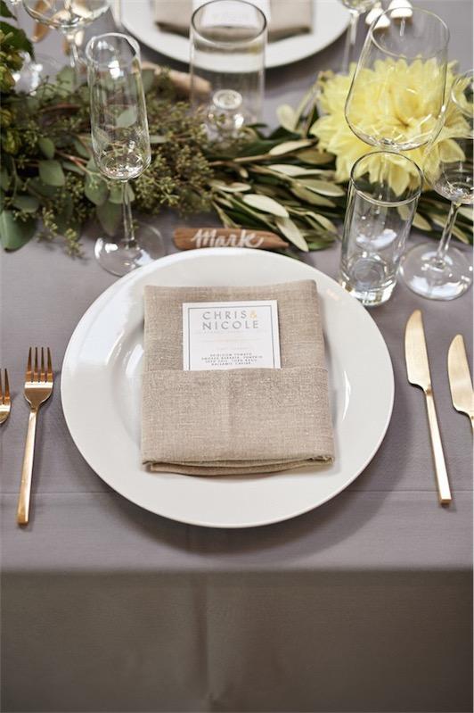 vajilla de boda blanca y cuberteria dorada chicanddeco