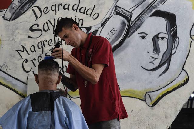 Barberos de la calle buscan sobrevivir a la crisis económica del país