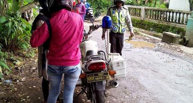 Polisi Subang Lakukan Tilang di Jalan Kampung