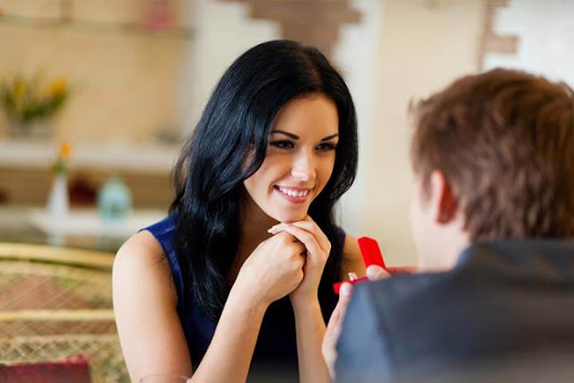 Mujer mandando señales de atraccion a un hombre