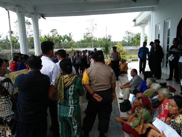 Pakai Tongkat Opung-opung ini Tuntut PKH dan Rastra ke DPRD Simalungun