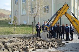 Adilcevaz Belediye ekipleri 400 konutun bulunduğu TOKİ sitesinde yol yapım çalışmaları başladı.