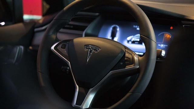 Tesla dice que su piloto automático es superior a humanos
