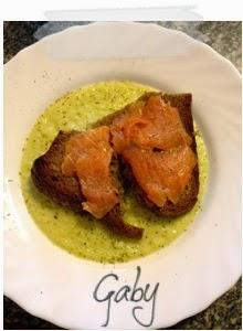 Crema di zucchine con crostino di segale e salmone