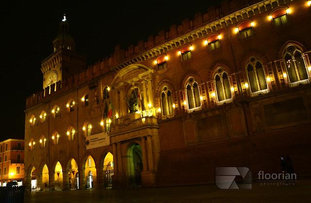 Piazza Maggiore w Bolonii nocą