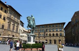 A la izquierda el Palacio Uguccioni, en el centro la estatua de Cosme I  y detrás el Tribunal de las Maercancías.