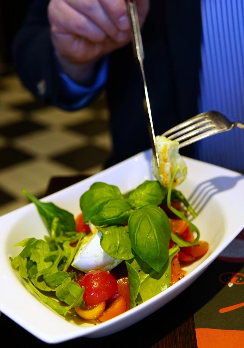 caprese, tomaatti-mozzarellasalaatti