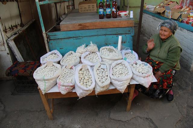 Kirghizistan, Och, bazar Jayma, kurut, fromage, © L. Gigout, 2012