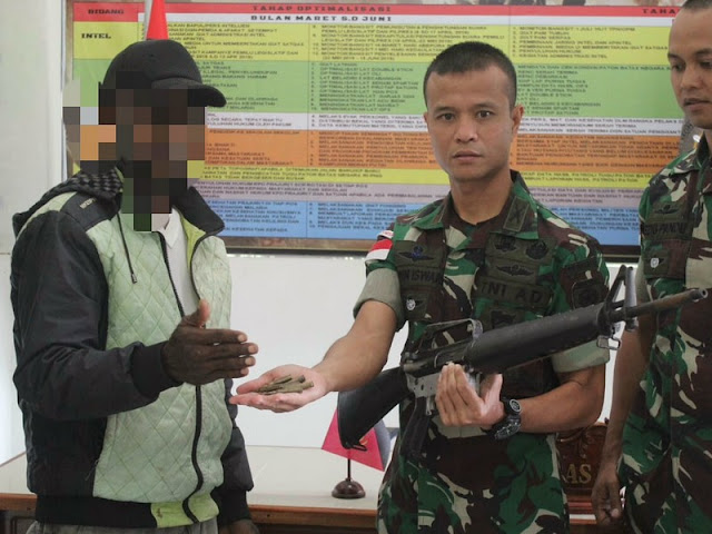 Dua Anggota OPM Ikrar Kembali ke NKRI dan Serahkan Satu Pucuk Senjata di Papua
