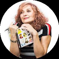 Diana P. Morales con un libro y un lápiz en la mano