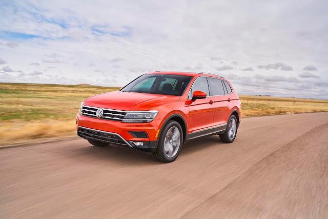 Front 3/4 view of 2018 Volkswagen Tiguan 2.0 T SEL Premium