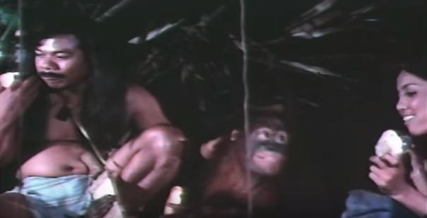 Tarzan (kiri), Monyet (tengah) dan Ida (kanan), sedang makan roti bersama