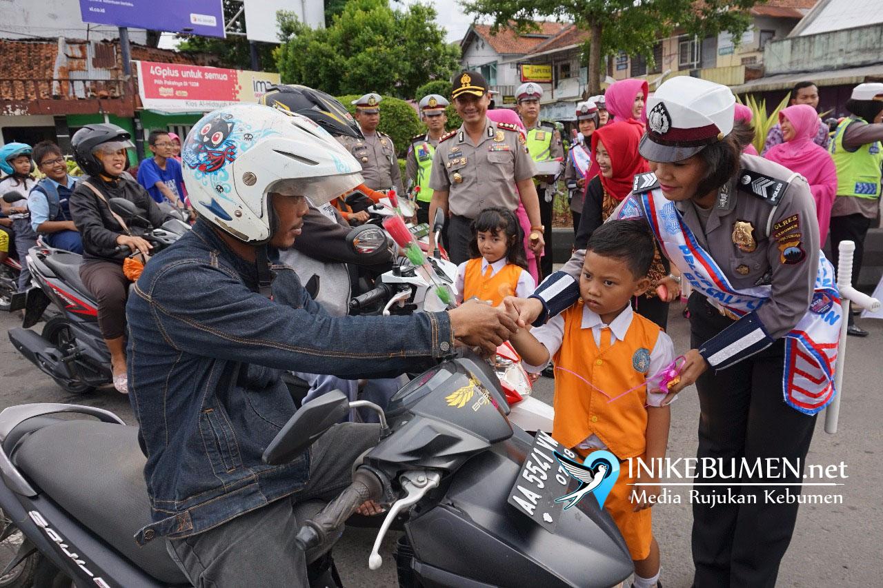 Hari Kasih Sayang, Polisi di Kebumen Bagikan Coklat Gratis