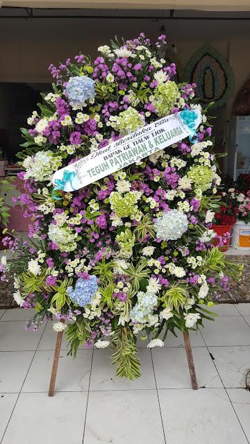 pesan karangan bunga duka cita di surabaya, standing flower di surabaya, harga standing flower surabaya
