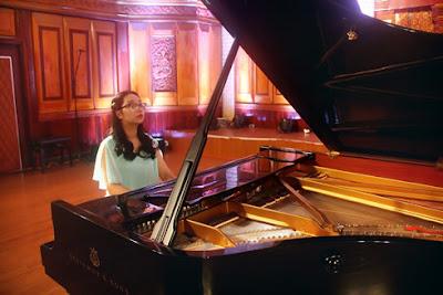 Chơi đàn piano điện gây quỹ từ thiện