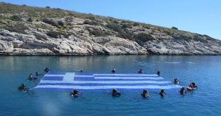Μια γιγάντια Ελληνική σημαία 84 τ.μ. στον βυθό της Βουλιαγμένης