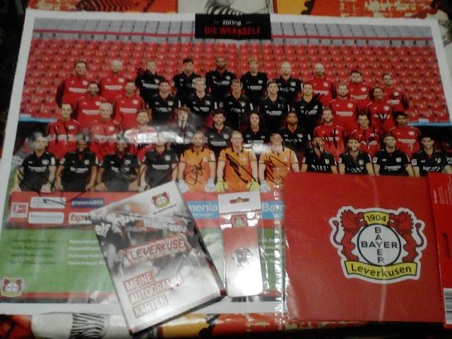عينات مجانية من نادي باير 04 ليفركوزن كرة القدم البطاقات البريدية مع التوقيعات وشارة على شكل قميص مجانا