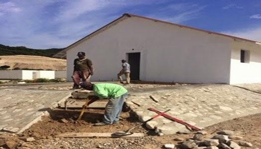 Misioneros construyendo casas