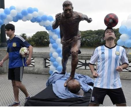 Lionel Messi's statue in Argentina has been vandalized again!