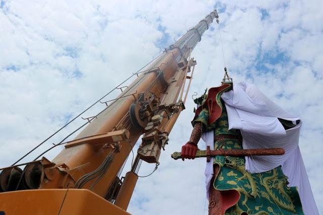 Ini Alasan Patung Kwan Sing Tee Koen Raksasa di Tuban Ditutupi Kain Putih