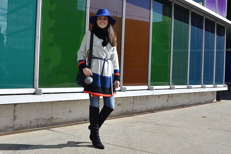 maxi-chaqueta-jacket-fedora-azul-jeans-botas-mosqueteras