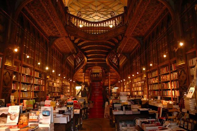 Estanterías, columnas y ventanas que describen las salas comunes en Hogwarts