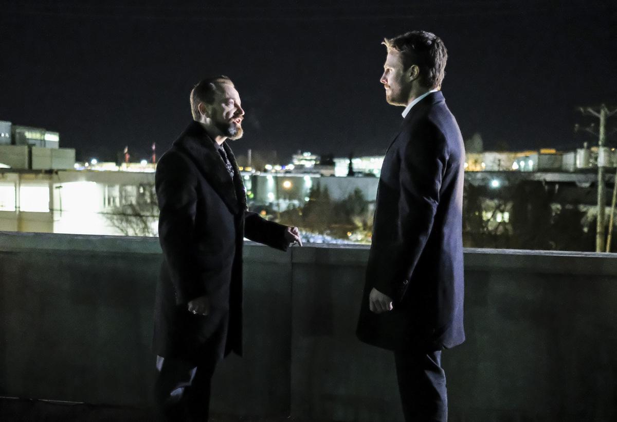 Oliver Queen y Anatoly discutiendo sobre el fin de su relación