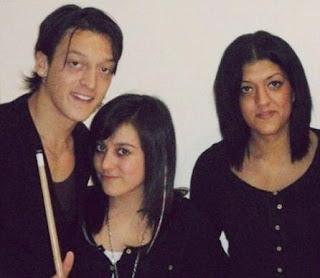 Foto Ozil dengan Saudara-saudara Perempuannya