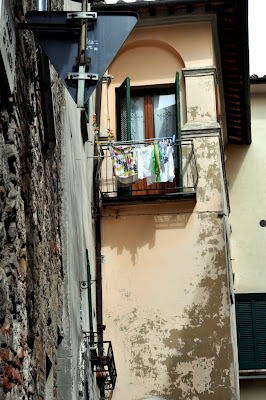 Balcony with Clothesline in Montepulciano, Italy - Photo by Taste As You Go
