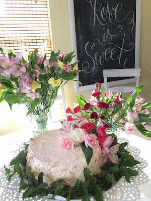 small wedding reception idea, fresh flowers on bakery cake, easy wedding reception.