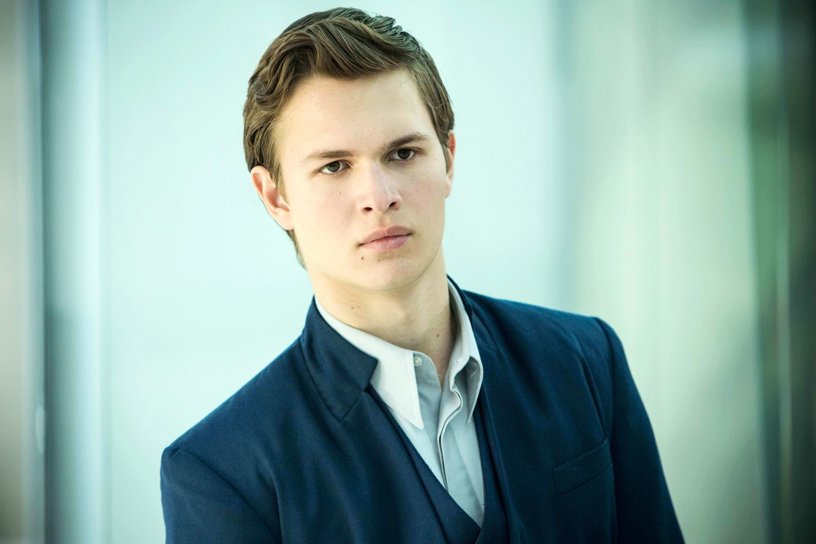 "Ansel Elgort anuncia su sencillo debut ""Home Alone"""
