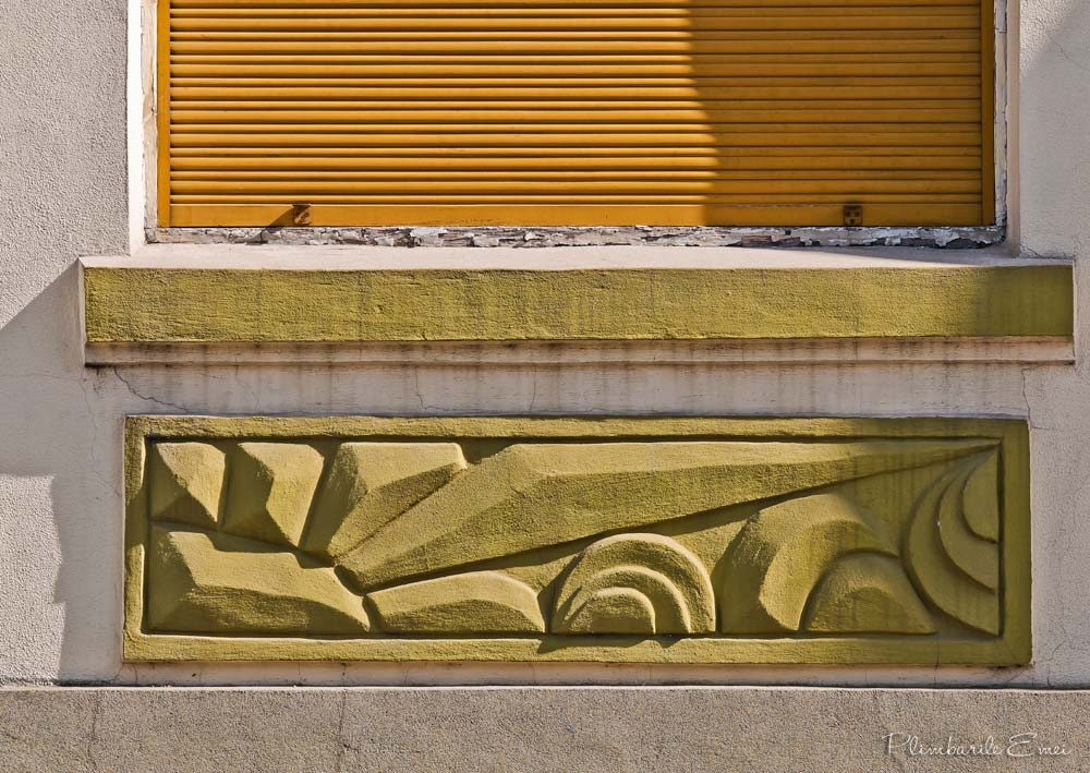 Pitesti arhitectura detaliu cladire Art Deco soare