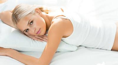 تعرف على أكثر الأشياء التي تسعد المرأة في الفراش  امرأة شقراء جميلة نائمة سرير تلبس ابيض فتاة بنت woman girl white blonde beautiful sleeping bed wear