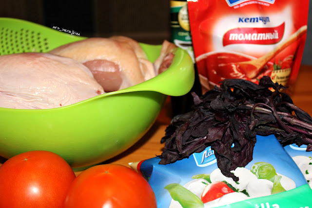 kurinoe file s pomidorami, mozzarelloi i bazilikom