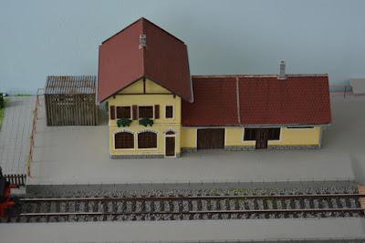 Das selbstgestaltete Bahnhofsgebäude, bemalt und gealtert - Basis Faller Bahnhof Kleinbach