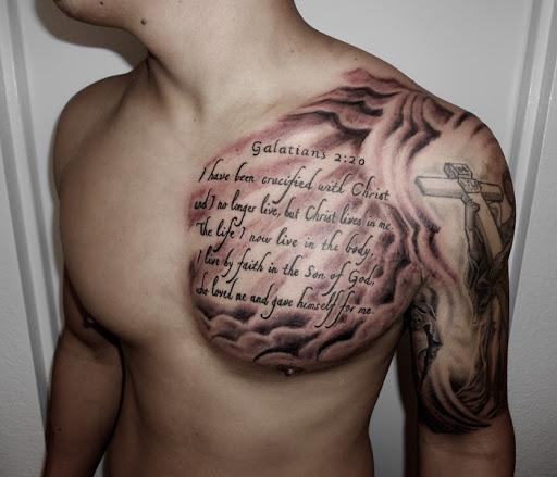 A Escritura bíblica tatuagens para homens no peito