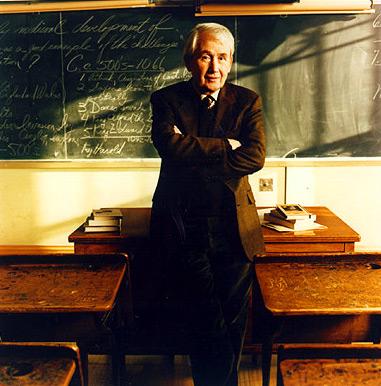 Fotografía del escritor Frank McCourt en un aula