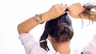 Ψεκάζει τα μαλλιά της με λακ και τα τυλίγει 3 φορές. Το αποτέλεσμα; Θα σας ενθουσιάσει!