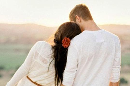 mujer apoyada en el hombro de su novio demostrando que es una buena novia