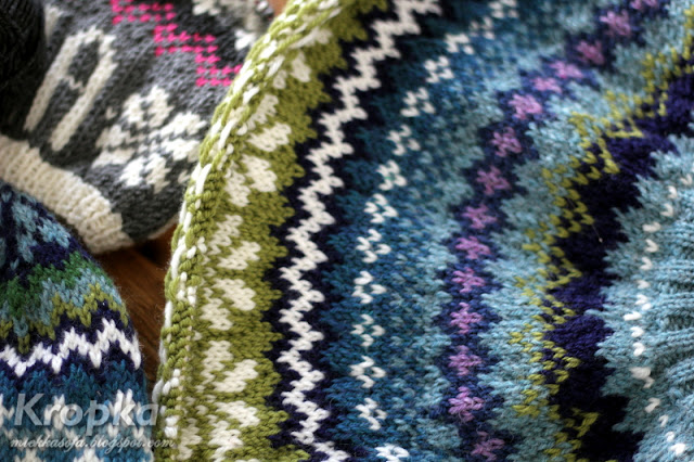 Ręcznie robiony na drutach sweter z wzorem norweskim