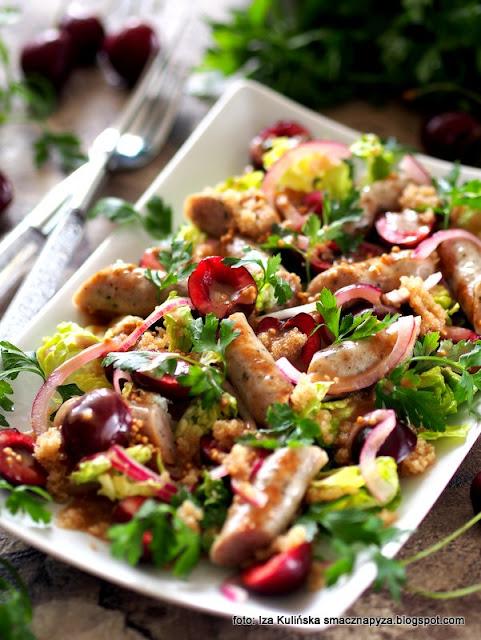 sałatka z kiełbaskami i czereśniami , kiełbaski wieprzowe , czereśnie ,  amarantus , sałata z owocami i kiełbasą , grill , amarantus , dania na lato , domowe jedzenie