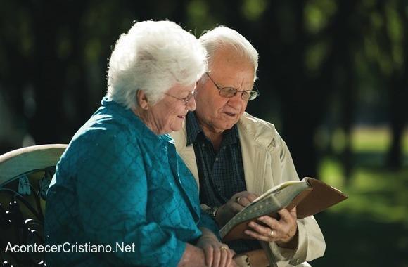 Pareja de ancianos leyendo la Biblia