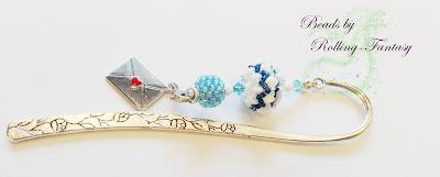 Metalllesezeichen liegend, mit Charm und Beaded-Bead in weiß-blau